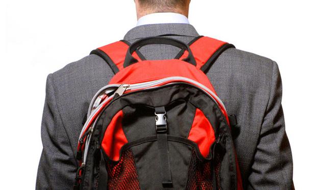 ejecutivo con mochila